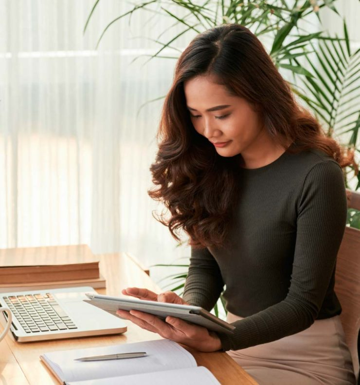 elegant-business-lady-with-digital-tablet-66AHELJ.jpg
